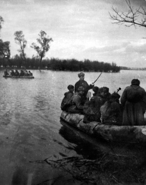fortysixand-two:  Soviet's of the 19th Infantry Division crossing the Danube. October 1944.