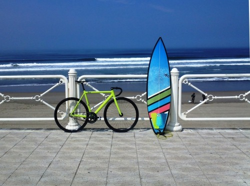 8bar-bikes:  8bar surfing in Spain!!! http://8bar-bikes.com/ https://www.facebook.com/8barBIKES