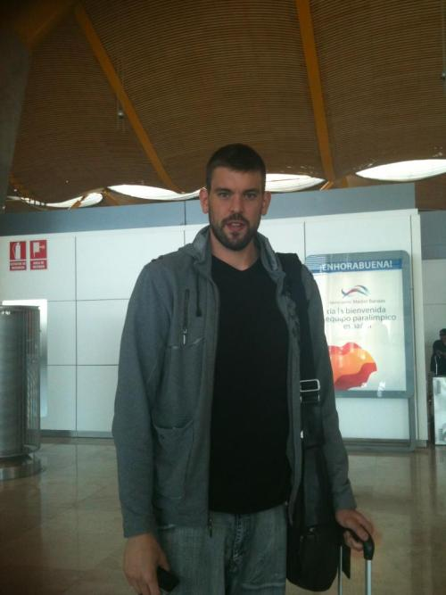 Non Football Post: El Guapo Marc Gasol spotted in Barajas Airport, Madrid.