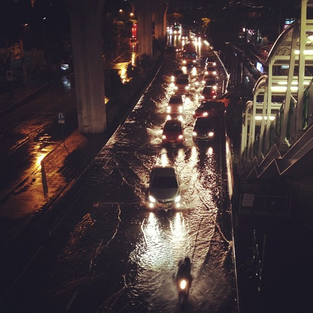 pranoras:  ฝนตกแค่สุขุมวิทท่วมเอง #bangkok #sukhumvit #road #traffic #flood #water #rain #thailand  (Taken with Instagram)
