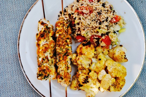 lunch time! :D tandori sesame chicken kabobs with curry roasted cauliflower and a tomato avocado scallion wild rice topped with toasted sesame seeds. time.to.dig.in!