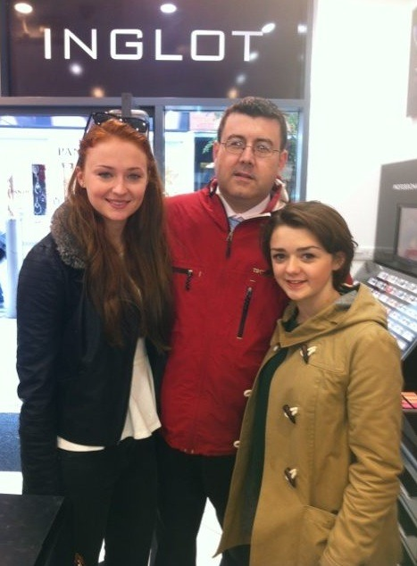 Just met @Sophiee_Turner & @Maisie_Williams in Belfast. Two lovely girls who took the time out for a photo :) #GOT