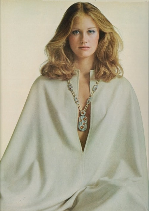 lulufrost:  VINTAGE PHOTO FRIDAY Cybill Shepherd, Vogue 1972  So simple but glamorous! That hair is beautiful. #retro