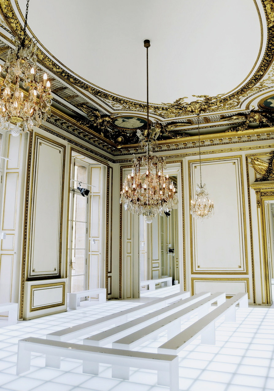 blua:  Balenciaga F/W 2010 Venue I would totally love to draw on these walls