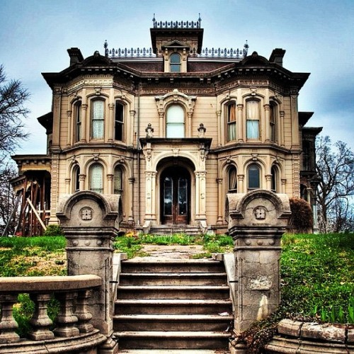 priceypads:  Abandoned historic mansion. #luxury #mansion #abandoned #stone #historic #architecture #design #lavish (Taken with Instagram)