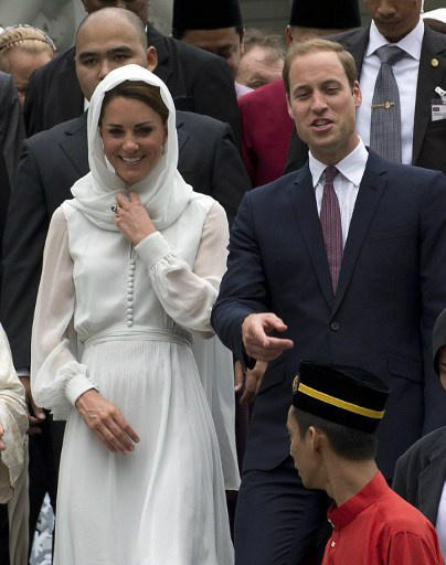 Love that both the Duke and Duchess of Cambridge respect our religion by covering her head and took of their shoes while visiting As-Syakirin Mosque KLCC (14th September 2012) #RoyalVisit #JubileeTour #WillianandKate #Malaysia