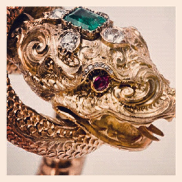 Dragon ring, gold and stones. #goodmorning #instagood #instagram #onedetail #like #colors #gold #green #red #diamonds #ring #love #jewelry  (Scattata con Instagram)