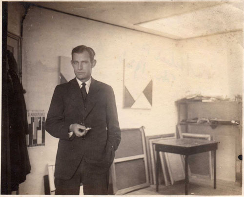 Jan Domela Nieuwenhuis in the studio of Cesar Domela, 1926