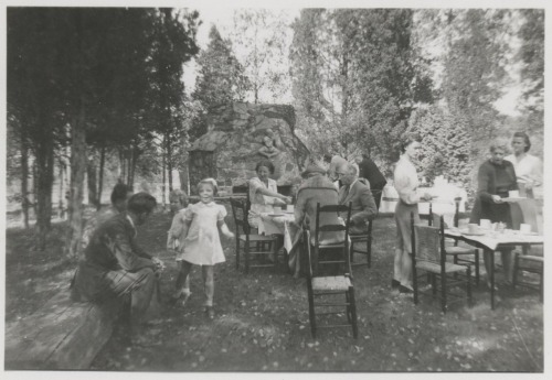 todaysdocument:  Princess Party, 1940s-style  Picnic for Princess Juliana of the Netherlands at Val-kill, Hyde Park, New York, October 9, 1943. L-R: Secret Service, Secret Service, Princess Irene, Princess Beatrix, Princess Juliana, Mrs. J.R. Roosevelt, Eleanor Roosevelt in background with unidentified man, FDR, children's nurse, Grace Tully, Ethel Roosevelt (Mrs. FDR, Jr.). Photo by Margaret Suckley.   Princess Juliana lived in Ontario and Massachusetts during World War II and developed a close friendship with the Roosevelts.