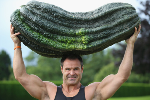 mothernaturenetwork:  Photo of the day: Massive veggies break world recordsWeightlifter Jonathan Walker lifts a giant green marrow weighing 119 lbs., 12 oz. over his head on Sept. 14 at the Great Yorkshire Showground. The vegetable, grown by Peter Glazebrook of Newark, won first place in the Giant Marrow Class of the Harrogate Autumn Flower Show in England.Check out more amazing photos of giant veggies.