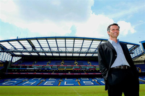 hspn:  Bonus awesome photo: New manager José Mourinho poses at Stamford Bridge for photographs after his first press conference, 2 June 2004.