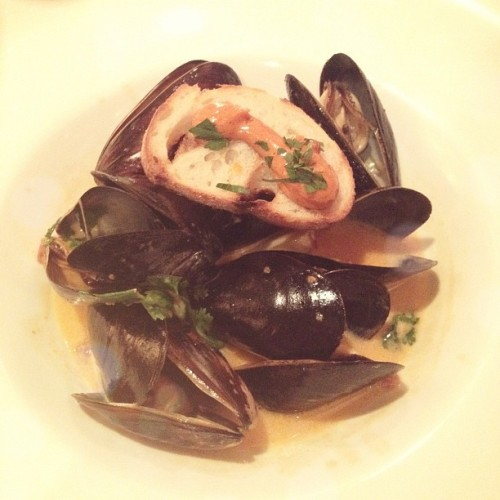 Steamed Mussels 🐚👍  @kviick @honeyyx0 @sckong @crissy_khun #instadaily #foodporn (Taken with Instagram at Bin 100)