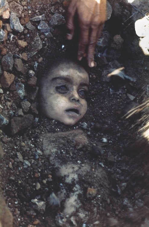 eyeloathe:  World press photo winner - 1984. Child killed by the poisonous gas leak in the union carbide chemical plant disaster.