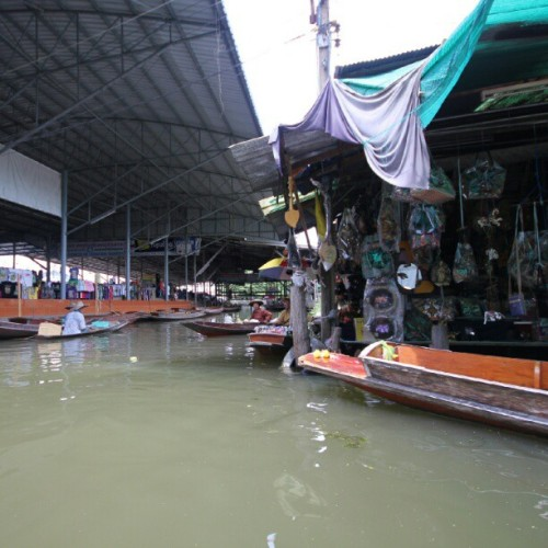 Floating Markets in Thailand. #tradition #boat #jet #canal #river #markets #thailand #shopping #water #gifts #local #amazing #fun #travel #SightSeeing (Taken with Instagram)
