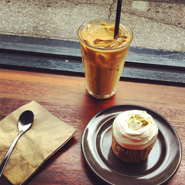 Most delicious snack/dessert EVER!!! Vegan carrot cupcake and iced latte @ Café Botton #seoul #korea #food #cupcake #yum #asia #botton #보통 #delicious #vegan #gorgeous #sweet #icing #frosting #wow #amazing #deathbydessert #love (Taken with Instagram)