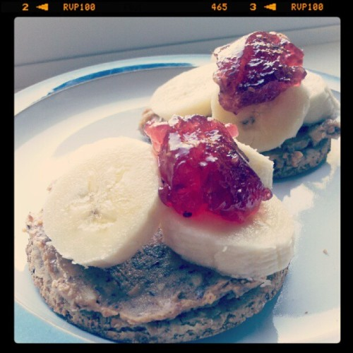 Breakfast: oat cakes with banana, peanut butter and raspberry jam. (Taken with Instagram)