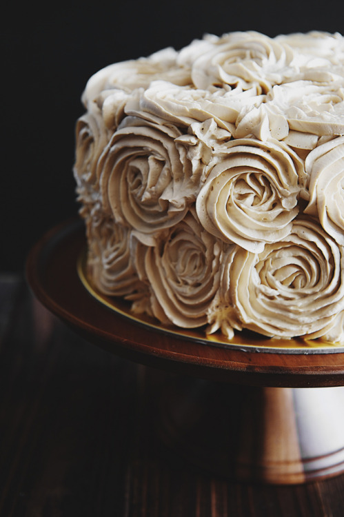 noperfectdayforbananafish:  (via Pandan Gula Melaka Layer Cake and Decorating Tips - Life is Great)