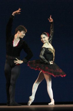 Spanish dance. Don Quixote Pas de Deux by 2 Hispanic dancers :D