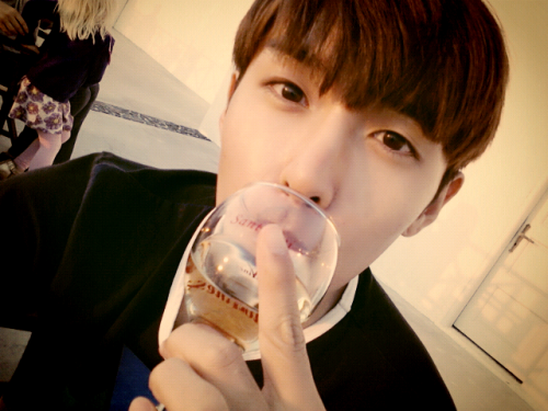 @ryeong9: Let's drink wine ~~♥ there's the atmosphere.. Yay~>< pic.twitter.com/ASC7Cidj (cr)