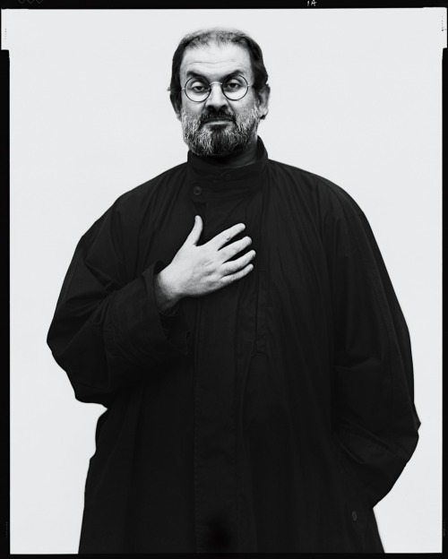 Salman Rushdie, London, September 26, 1994 -by Richard Avedon entregulistanybostan:  Richard Avedon: Salman Rushdie in London, September 26, 1994.Source/note