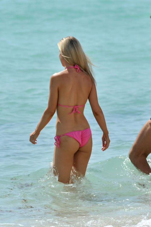 Joanna Krupa amazing ass in bikini! What a great butt picture!