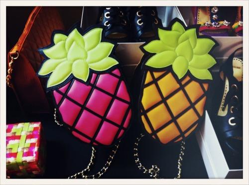 Sacs ananas en backstage du défilé Moschino Cheap & Chic printemps-été 2013 à Londres // The coveted pineapple bags backstage at Moschino Cheap & Chic Spring/Summer 2013 in London.