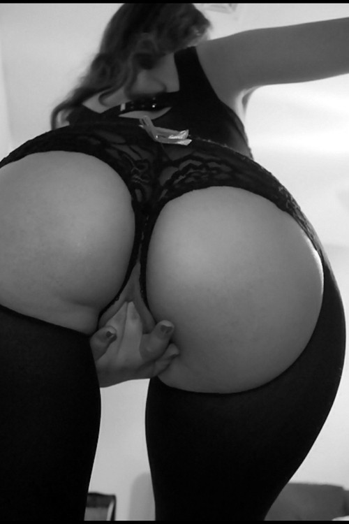 ilovenudewomenpics:  Babe fingering herself …