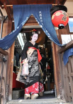 geisha-licious:  maiko Kyouka at her first Hassaku  perspective love *-*