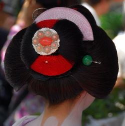 geisha-licious:  wareshinobu hairstyle of maiko