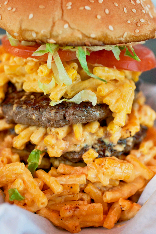 iheartchaos:  Foodgasm of the Day: Mac 'n Cheese Burger.  cc @organizingsoup