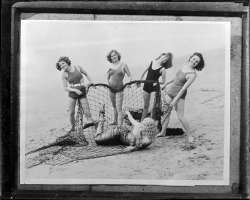Bathing girls catch mermaid on California Beach  …  Circa 1934   Photographer:  Leslie Jones