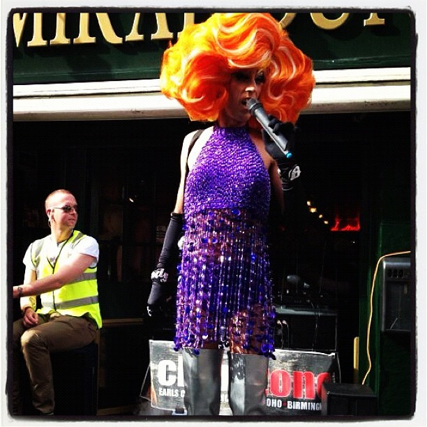 Singing. #onedetail #instagood #instagram #london #soho #colors #drag #gay #like #lfw #photo  (Scattata con Instagram)