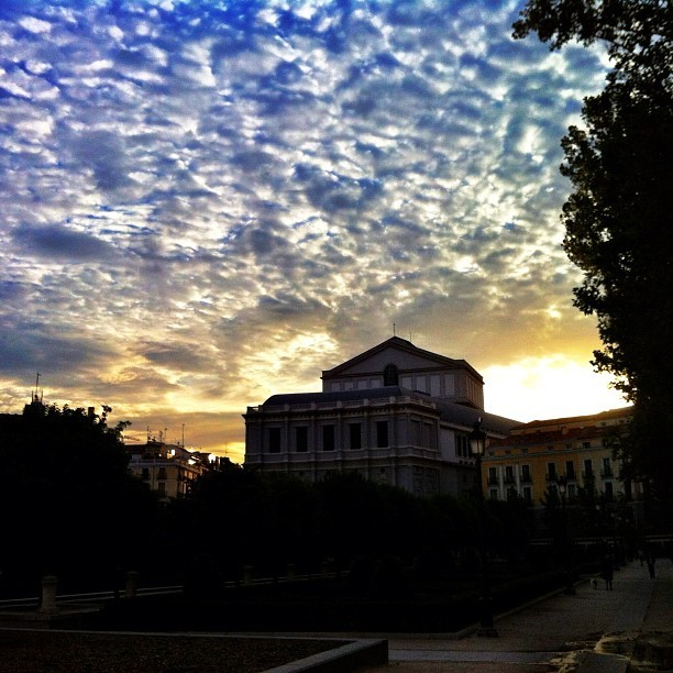 Happy Monday #happy #sky #clouds #blue #madrid #feelings #amanecer (Tomada con Instagram)