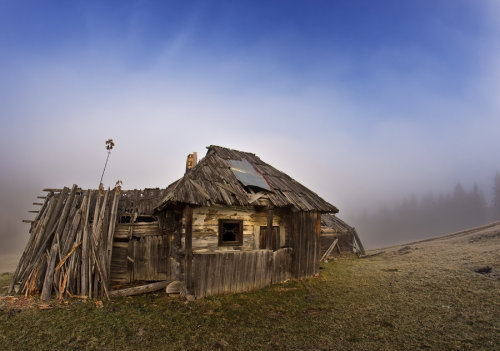 paul2francis:  Hut of Bukovina, by *lica20