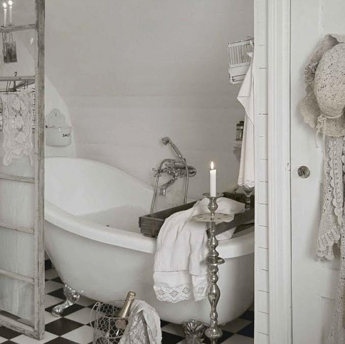 umla:  White shabby chic country style romantic bathroom