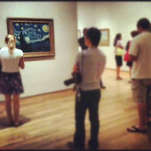 Crowd around Van Gogh's Starry Night. Cuando lo ves en persona entiendes su fama, es bello! (Taken with Instagram)