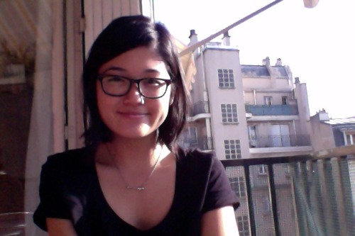 Hello! This is me on my madame's terrasse/balcony. Il fait très beau.