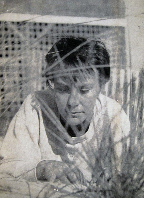 "HARPER LEE.1960. WRITER TRUMAN CAPOTE TOOK THIS PHOTO OF HIS FRIEND,THE WRITER OF ""TO KILL A MOCKINGBIRD"".THE PICTURE WAS USED ON THE BACK OF THE DUSTJACKET OF THE FIRST EDITION."