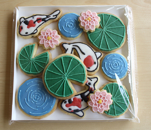 goldfishgal:  Fish Pond CookiesCandy melt decorated koi fish swimming amongst the lily pads.