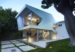 Alan Voo House by Neil M. Denari Architects in Los Angeles, CA, USA. Light and chic. These two words describe this LA house perfectly. The structure doesn't want to seem more than it is, but the geometrical playfulness brings 'fun' to the facade. Note the clever glass and metal covering on some parts of the wall. Cool.