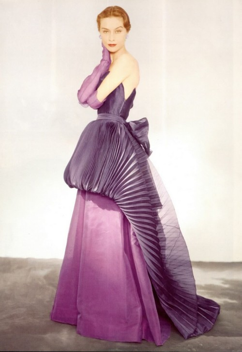 How about that dress! (via Vintage-glam-2.livejournal)