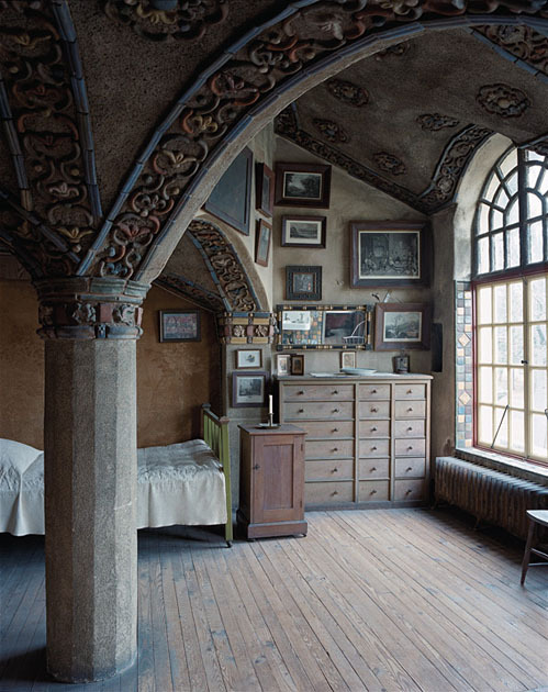 nanner:  sarahmcnamara-still-undercover:  bluepueblo:  Victorian Bedroom, Mercer House, Doylestown, Pennsylvania photo via venus  I think MrMick and I are going here this weekend!  This is gorgeous.