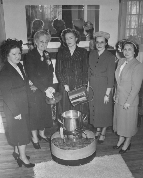 1949, TO HELP COMBAT POLIO — A Polio Pak heater is presented to the Marion County, Oregon, Chapter of the Infantile Paralysis Association by Salem Unit No. 136, Salem Oregon. Examining the heater are, left to right; Mrs. David Wright, Polio County Chairman; Mrs. Harlan Judd, Unit President; Mrs. Sam Harbison, Second Vice President, and Mrs. Bert Walker, Unit Secretary.