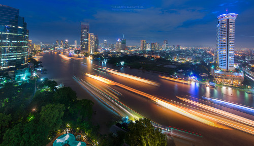 Chao Phraya river at night (by golfztudio)