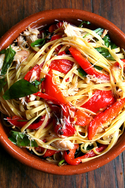 fattiesdelight:  Linguine with Roasted Red Peppers and Crabmeat  *levitates* color and flavor! yes!