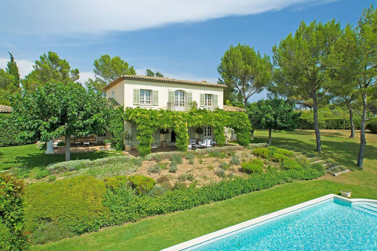 A romantic setting for this beautifully Provençal inspired 5 bedroom villa in Mouans-Sartoux, recently reduced in price to sell. Close to Mougins in the heart of the rolling hills of French Riviera countryside.