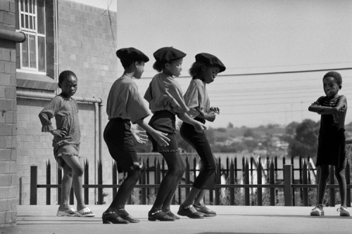 Jürgen Schadeberg, Three Kliptown dancers, rehearsing Soweto, 2003. Image courtesy of the artist and the Flo Peters Gallery.