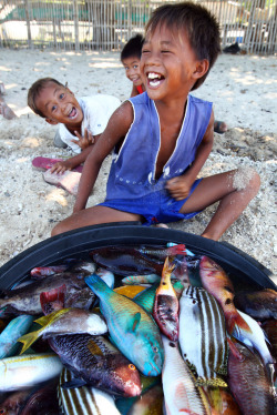 souls-of-my-shoes:  Fish and Kids Bulalacao (by Jules1405) PHILIPPINES