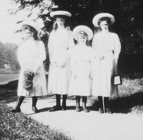 Grand Duchesses Maria, Olga, Anastasia and Tatiana: 1910.