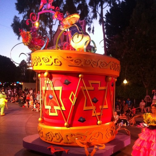 The #disneyland #parade #dreamsdocometrue #happiestplaceonearth #omg (Taken with Instagram)